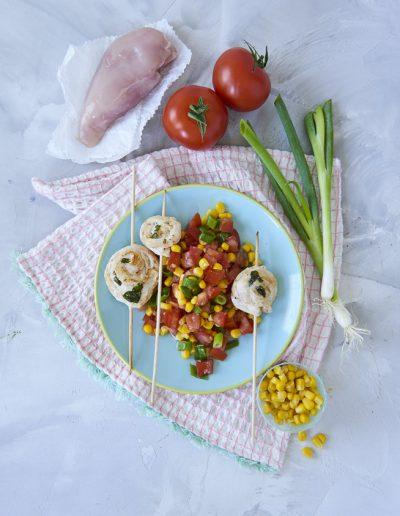 red-kb-Haehnchenschnecken-auf-mais-Tomaten-salat